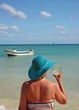 Signora con Margarita alla spiaggia Fotografie Stock Libere da Diritti