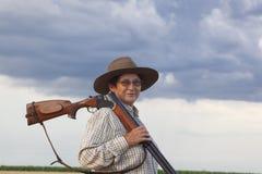 Signora con shootgun pronto per la caccia con shootgun fotografia stock libera da diritti