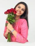 Signora con un mazzo delle rose rosse Fotografie Stock Libere da Diritti