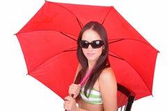 Signora con un ombrello rosso immagine stock libera da diritti