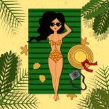 Signora in costume da bagno ed occhiali da sole arancio che prende il sole illustrazione di stock