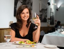 Signora da solo in ristorante Fotografia Stock