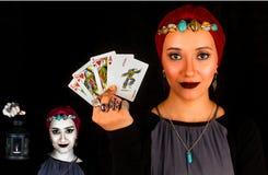Signora degli anelli tiene le carte del gioco Fotografia Stock