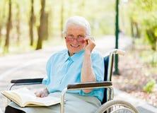 Signora degli anziani di novelliere immagini stock libere da diritti