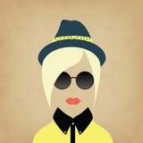 Signora dei pantaloni a vita bassa Accessori cappello, occhiali da sole, collare Immagini Stock Libere da Diritti