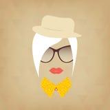 Signora dei pantaloni a vita bassa Accessori cappello, occhiali da sole, collare Immagini Stock
