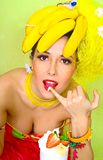 Signora della banana che assagia un cocktail crema della fragola Fotografia Stock Libera da Diritti