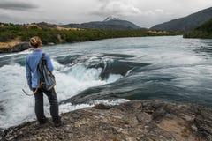 Signora della viandante fa una pausa il fiume potente Fotografie Stock