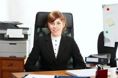 Signora di affari ad uno scrittorio Fotografia Stock Libera da Diritti