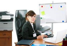 Signora di affari ad uno scrittorio Fotografie Stock Libere da Diritti