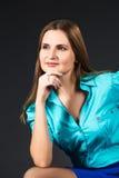 Signora di affari in blu isolato su un fondo grigio immagini stock