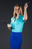 Signora di affari in blu isolato su un fondo grigio fotografia stock