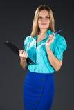 Signora di affari in blu isolato su un fondo grigio immagini stock libere da diritti