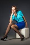 Signora di affari in blu su un fondo grigio immagini stock libere da diritti