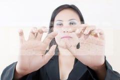 Signora di affari che preme tastiera trasparente. Immagini Stock