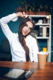 Signora di affari che si strangola con capelli fotografia stock libera da diritti