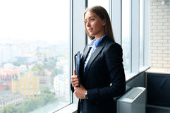 Signora di affari con lo sguardo positivo Immagini Stock