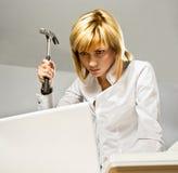 Signora di affari con un martello Immagine Stock Libera da Diritti