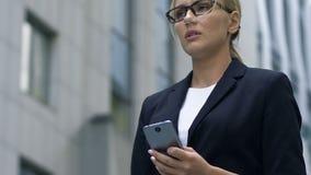 Signora di affari dispiaciuta con la scarsa rete ed il collegamento a Internet debole, aggeggio video d archivio