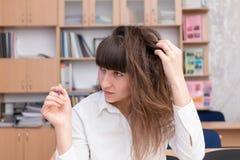 Signora #37 di affari Giovane bella ragazza nell'ufficio con i documenti Immagini Stock