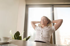 Signora di affari immagina il futuro felice nell'affare Immagine Stock