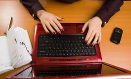 Signora di affari a scrittura dello scrittorio. Fotografia Stock