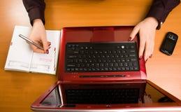 Signora di affari a scrittura dello scrittorio. Fotografie Stock