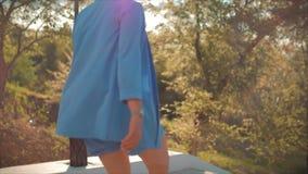 Signora di affari un vestito blu tardi per una riunione, esaminando l'orologio, dirigente sulle scale Le gambe delle donne nell'a archivi video