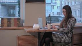 Signora di affari in vetri che pondera in caffè stock footage