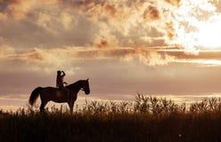 Signora di Attratcive che si rilassa con il suo amico del cavallo Fotografia Stock Libera da Diritti