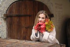 Signora - di autunno ritratto all'aperto Immagini Stock