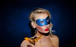 Signora di bellezza che posa nella maschera. Fotografia Stock