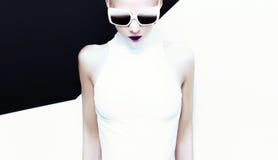 Signora di fascino di modo in occhiali da sole alla moda Fotografie Stock