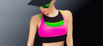 Signora di forma fisica in abiti sportivi d'avanguardia luminosi Fotografia Stock