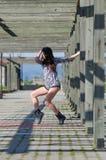 Signora di forma fisica che allunga i camici esterni di usura mette l'attrezzatura in cortocircuito Fotografia Stock Libera da Diritti