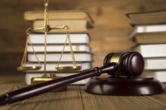 Signora di giustizia, martelletto e libri dell'oro & di legno Fotografie Stock Libere da Diritti