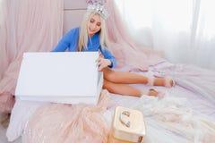 Signora di lusso moderna di stile di vita che disimballa i nuovi abiti fotografie stock libere da diritti