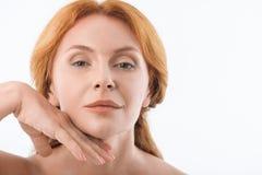Signora di mezza età elegante gradisce il trattamento dello skincare immagini stock libere da diritti