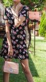 Signora di modo nel vestito d'uso e la tenuta dal fiore di paesaggio di primavera fotografia stock libera da diritti