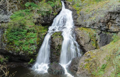 Signora di seduta Waterfall Fotografia Stock Libera da Diritti