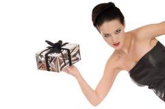 Signora di sguardo mistica nel nero con il regalo di natale Immagine Stock
