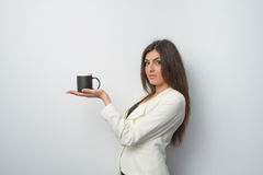 Signora di vendite tiene un prodotto sulla palma Immagine Stock Libera da Diritti