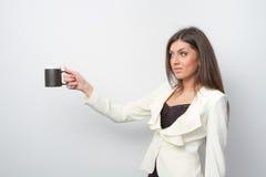 Signora di vendite tiene un prodotto sulla palma Fotografie Stock Libere da Diritti