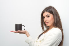 Signora di vendite tiene un prodotto sulla palma Fotografia Stock