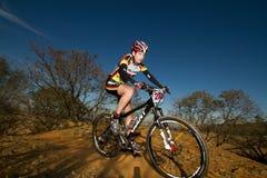 Signora di XCO che corre alla parte superiore di un'ascensione Fotografia Stock