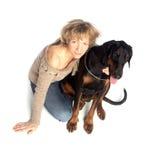 Signora e cane che si siedono insieme Fotografia Stock Libera da Diritti
