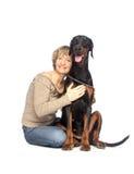 Signora e cane che si siedono insieme Fotografie Stock Libere da Diritti