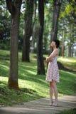 Signora ed albero fotografia stock libera da diritti