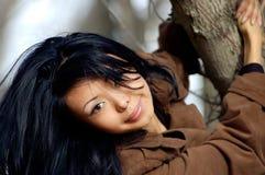 signora ed albero dei Volo-capelli Immagini Stock