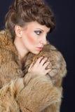 Signora elegante che tiene il vetro del vino rosso che porta pelliccia marrone Fotografia Stock Libera da Diritti